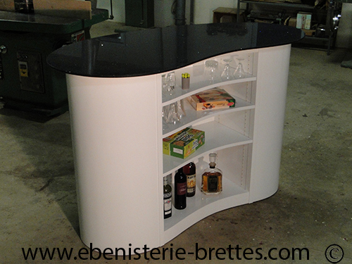 Meuble bar laqu forme courbe ebenisterie brettes for Meuble bar design