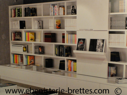 Bibliotheque blanche contemporaine avec etageres ouvertes ...