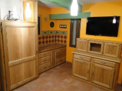 cuisiniste fabrication de cette cuisine en bois massif pos e mont de marsan dans les landes. Black Bedroom Furniture Sets. Home Design Ideas