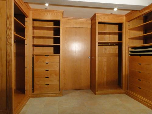 meubles 64 creation de mobilier portes et placards sur mesure ebeniste 40 sud ouest pays basque. Black Bedroom Furniture Sets. Home Design Ideas