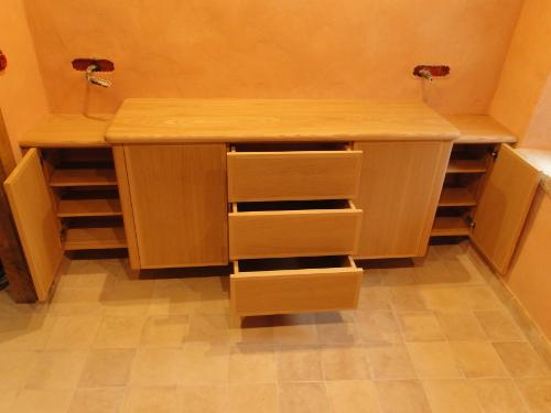 meuble de salle de bain suspendu en ch taignier hasparren au pays basque ebenisterie brettes. Black Bedroom Furniture Sets. Home Design Ideas