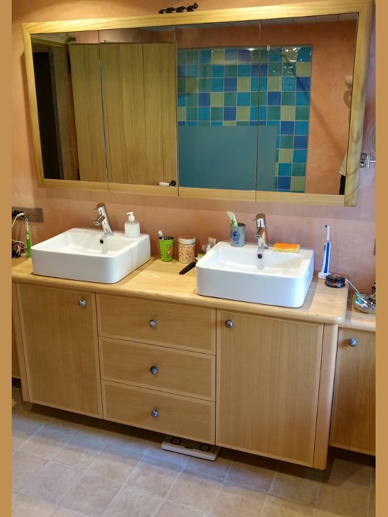 Meuble de salle de bain suspendu en châtaignier à Hasparren au Pays ...