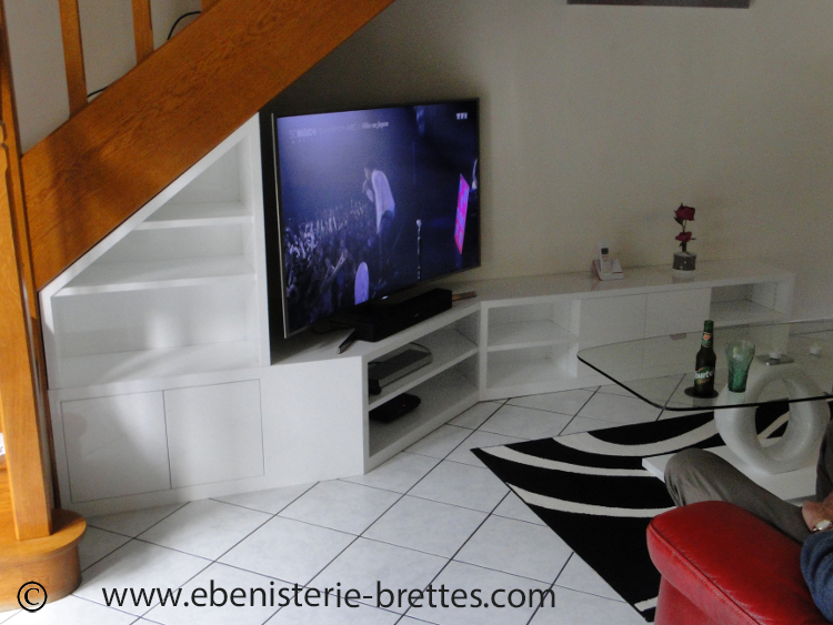 meuble tv sous escalier ebenisterie brettes. Black Bedroom Furniture Sets. Home Design Ideas