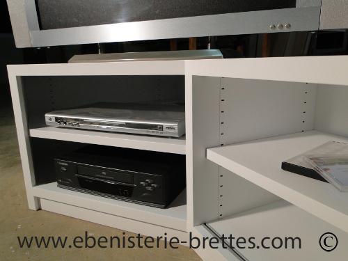 Meuble tv design blanc en angle livr bidache au pays basque ebenisterie brettes for Meuble design strasbourg