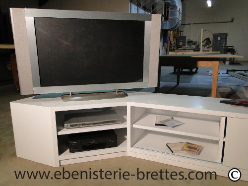 Meuble tv design blanc en angle livr bidache au pays basque ebenisterie br - Etagere d angle murale pour tv ...