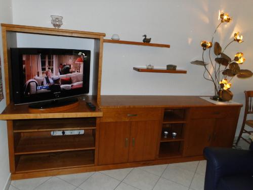 Meuble tv tarnos anglet ebenisterie brettes for Mobilier anglet