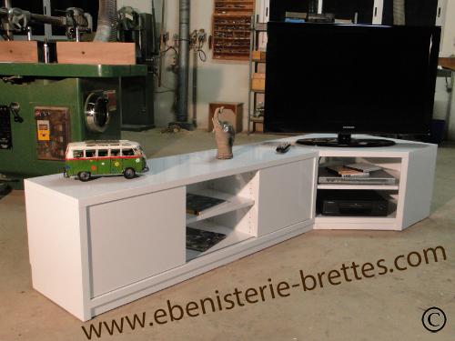 Meuble television angle brillant ebenisterie brettes for Meuble tv angle bas