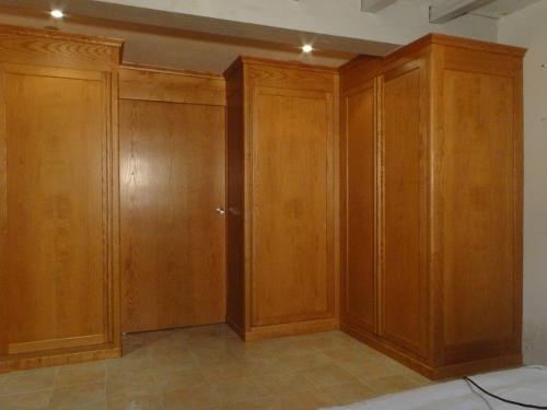 Dressing chambre ebenisterie brettes - Porte placard bois massif ...