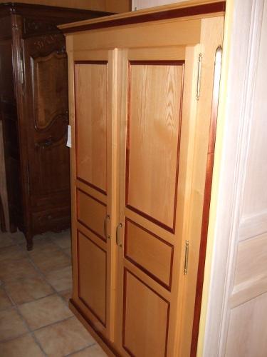 placard ouvrant en bois de fr ne et acajou r alis nice sur la c te d 39 azur ebenisterie brettes. Black Bedroom Furniture Sets. Home Design Ideas