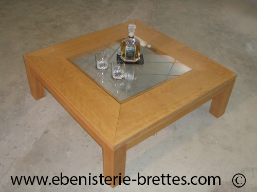 Table basse design en bois de h tre et plateau en verre for Table de salon carre