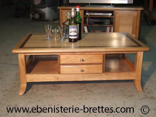 Table de salon en bois de merisier avec niches et tiroirs for Table basse sur mesure